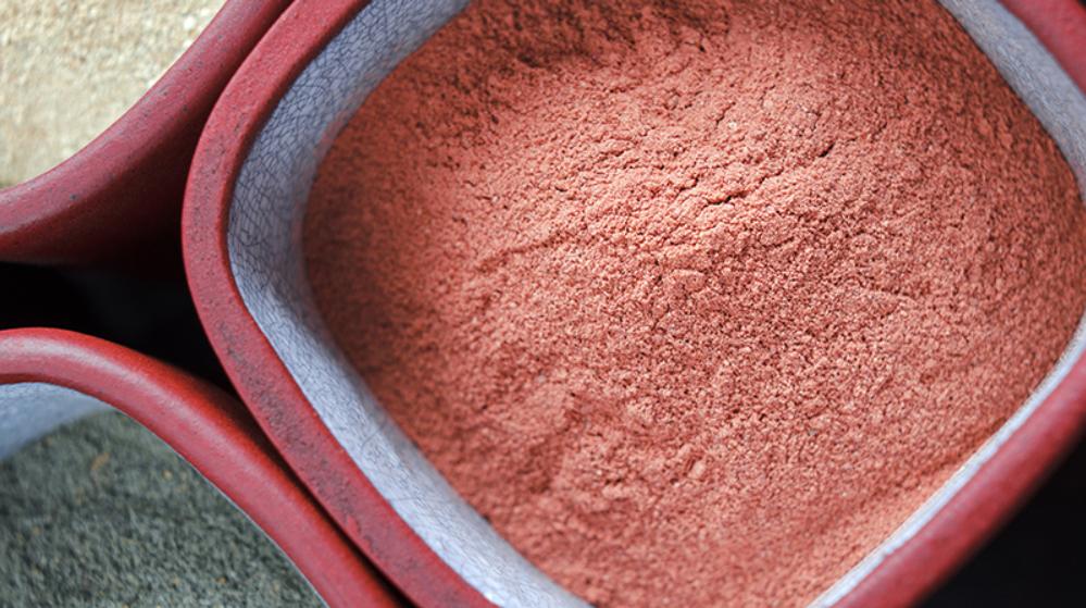 الطين الأحمر لعلاج جفاف البشرة