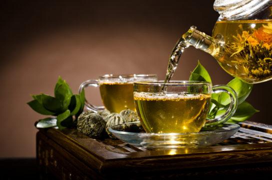 تحضير الشاي الأخضر بالمياه المعبأة