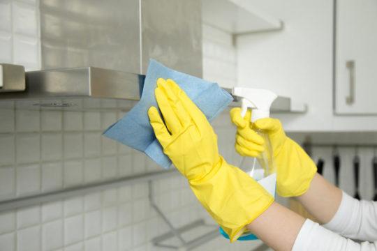 حيلة بسيطة وذكية لتنظيف مروحة المطبخ خطوة بخطوة