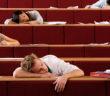 دراسة: عدم انتظام النوم لدى طلاب الجامعة يسبب هذا المرض