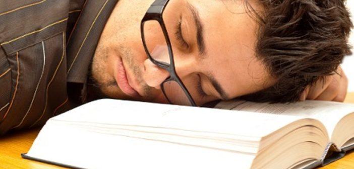 سبب شعورنا بالنوم عند القراءة