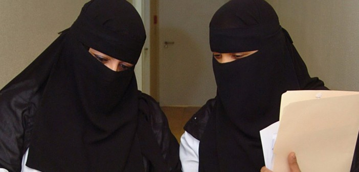 فيديو ممرضة سعودية شجاعة تنقذ مصابا بالرصاص من الموت