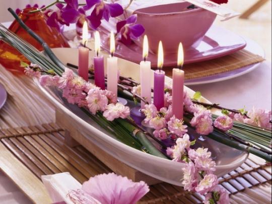 جاذبية طاولتك بالشموع والزهور